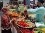 penjual-sayur-mayur-di-pasar-kasin-kota-malang-saat-melayani-pembeli.jpg