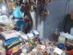 penjual-sembako-di-pasar-baru-gresik-sedang-melayani-pembeli-selasa-112019.jpg