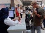 penumpang-kereta-api-check-in-di-stasiun-gubeng-surabaya.jpg