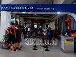 penumpang-kereta-api-di-stasiun-gubeng-surabaya-banyak-lagi.jpg