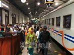 penumpang-kereta-api-di-stasiun-gubeng-surabaya.jpg