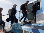 penumpang-saat-masuk-ke-dalam-kapal-express-bahari-di.jpg