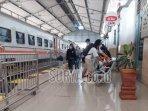 penumpang-yang-berangkat-naik-ka-dari-stasiun-kota-kediri-lagi.jpg