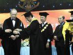 penyematan-toga-dan-samir-guru-besar-fh-unitomo-prof-dr-irawan-soerodjo.jpg