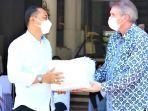 penyerahan-donasi-1000-alat-pelindung-diri-apd-oleh-kepala-sekolah-sampoerna-academy-surabaya.jpg