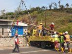 perbaikan-jaringan-listrik-pln-rusak-angin-kencang-puting-beliung-kota-batu.jpg