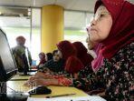 perempuan-lansia-berlatih-komputer_20170412_190618.jpg