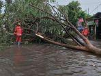 personel-bpbd-kota-kediri-memotong-batang-pohon-tumbang.jpg