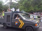 personel-polres-bondowoso-melakukan-imbauan-sekaligus-edukasi-kepada-masyarakat-di-pusat-kota.jpg