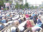 peserta-aksi-unjuk-rasa-shalat-di-depan-bawaslu-ri.jpg