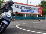 peserta-test-ride-melewati-sedang-melewati-rute-angka-8-sirkuit-safety-riding-center-mpm.jpg