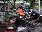 petugas-bank-sampah-bsm-sebagai-mitra-dinas-lingkungan-hidup-didaur-ulang.jpg