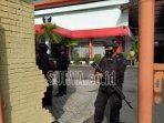 petugas-berjaga-di-halaman-kantor-dprd-kota-kediri-menyusul.jpg