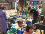 petugas-bpbd-kabupaten-bojonegoro-melakukan-droping-air-bersih.jpg