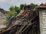 petugas-bpbd-kabupaten-tuban-melakukan-pemotongan-pohon-tumbang-di-area-makam-yang-berada.jpg