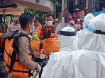petugas-bpbd-kabupaten-tuban-mengevakuasi-temuan-mayat-perempuan.jpg