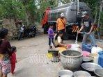 petugas-bpbd-tulungagung-menyalurkan-air-bersih-ke-desa.jpg