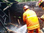 petugas-damkar-menjinakkan-api-di-rumah-kasemi-di-desa-pakis-kecamatan-durenan-minggu.jpg