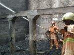 petugas-dinas-damkar-bojonegoro-saat-memadamkan-api.jpg