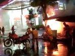 petugas-dinas-pemadam-kebakaran-kota-surabaya-berusaha-memadamkan-api-yang-spbu-margomulyo.jpg