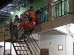 petugas-evakuasi-mayat-perempuan-dalam-kamar-kos-di-mejayan-madiun.jpg