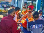 petugas-evakuasi-pria-meninggal-di-terminal-situbondo.jpg
