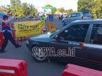 petugas-gabungan-memandu-pengendara-kendaraan-putar-balik-di-penyekatan-bundaran-waru-surabaya.jpg