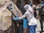 petugas-gabungan-memastikan-pengunjung-eduwisata-lontar-sewu-cuci-tangan.jpg