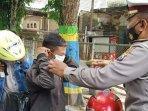 petugas-gabungan-saat-memberikan-masker-gratis-ke-pengendara-yang-kedapatan-tidak-memakai-masker.jpg