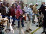 petugas-imigrasi-bandara-juanda-perketat-pemeriksaan-paspor-tki_20180111_221915.jpg