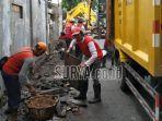 petugas-kebersihan-melakukan-kerja-bakti-di-kawasan-jalan-banyu-urip-kidul.jpg