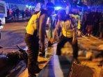 petugas-kepolisian-saat-mengevakuasi-korban-kecelakaan-di-di-jalan-basuki-rahmad.jpg