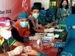 petugas-medis-mengambil-sampel-darah-untuk-rapid-test-covid-19.jpg