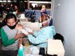 petugas-medis-menyuntikan-vaksin-astrazeneca-vaksinasi-kepada-para-pedagang.jpg