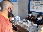 petugas-medis-tengah-memasukkan-tes-kit-ke-urine-awak-bus.jpg