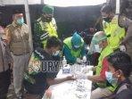 petugas-melakukan-rapid-test-antibody-kepada-pengunjung-warkop-di-desa-pasinan.jpg