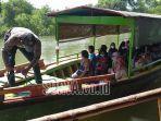 petugas-mempersiapkan-perahu-keberangkatan-menuju-pulau-mangrove-kota-surabaya.jpg