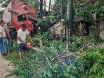petugas-mengevakuasi-truk-tronton-yang-menabrak-pohon-sono-di-di-jalan-raya-desa-tawangsari.jpg