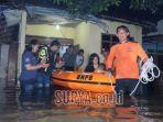petugas-mengevakuasi-warga-yang-rumahnya-kebanjiran-di-desakecamatan-papar.jpg