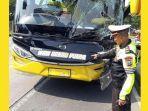 petugas-menunjuk-bagian-bus-yang-ringsek.jpg