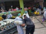 petugas-menurunkan-tabung-oksigen-di-selasar-igd-rsud-dr-soedomo-kabupaten-trenggalek.jpg