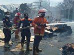 petugas-pemadam-kebakaran-probolinggo-memadamkan-api-yang-melalap-pabrik-kayu-cv-grapari.jpg
