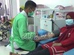 petugas-pmi-kabupaten-lumajang-saat-melayani-pendonor-senin-762021.jpg