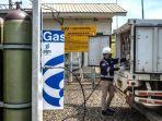 petugas-pt-pgn-tbk-memeriksa-tekanan-pada-instalasi-metering-regulating-station.jpg