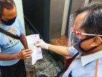 petugas-pt-pos-indonesia-membagikan-bantuan-sosial-tunai-langsung-ke-rumah.jpg