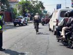 petugas-saat-melakukan-olah-tkp-di-lokasi-kecelakaan-sepeda-pancal-di-jalan-pahlawan-sidoarjo.jpg