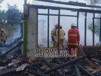petugas-saat-memadamkan-api-yang-melahap-rumah-di-desa-wonocolo-kecamatan-kedewan-kabupaten-tuban.jpg