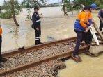 petugas-saat-memperbaiki-jalur-ka-yang-terimbas-banjir-jakarta.jpg