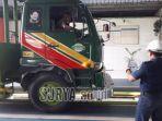 petugas-saat-menguji-kendaraan-di-upt-uji-kendaraan-tandes-surabaya.jpg