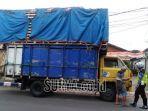 petugas-satlantas-polres-bojonegoro-menindak-truk-bermuatan-melebihi-kapasitas.jpg